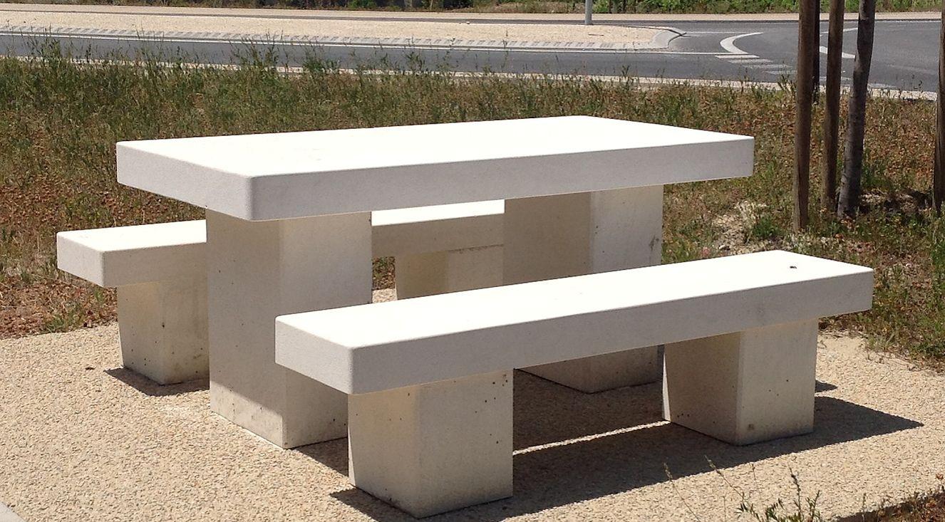 Tables Et Bancs Dextérieur En Pierre De Fontvieille Sur Lourmarin